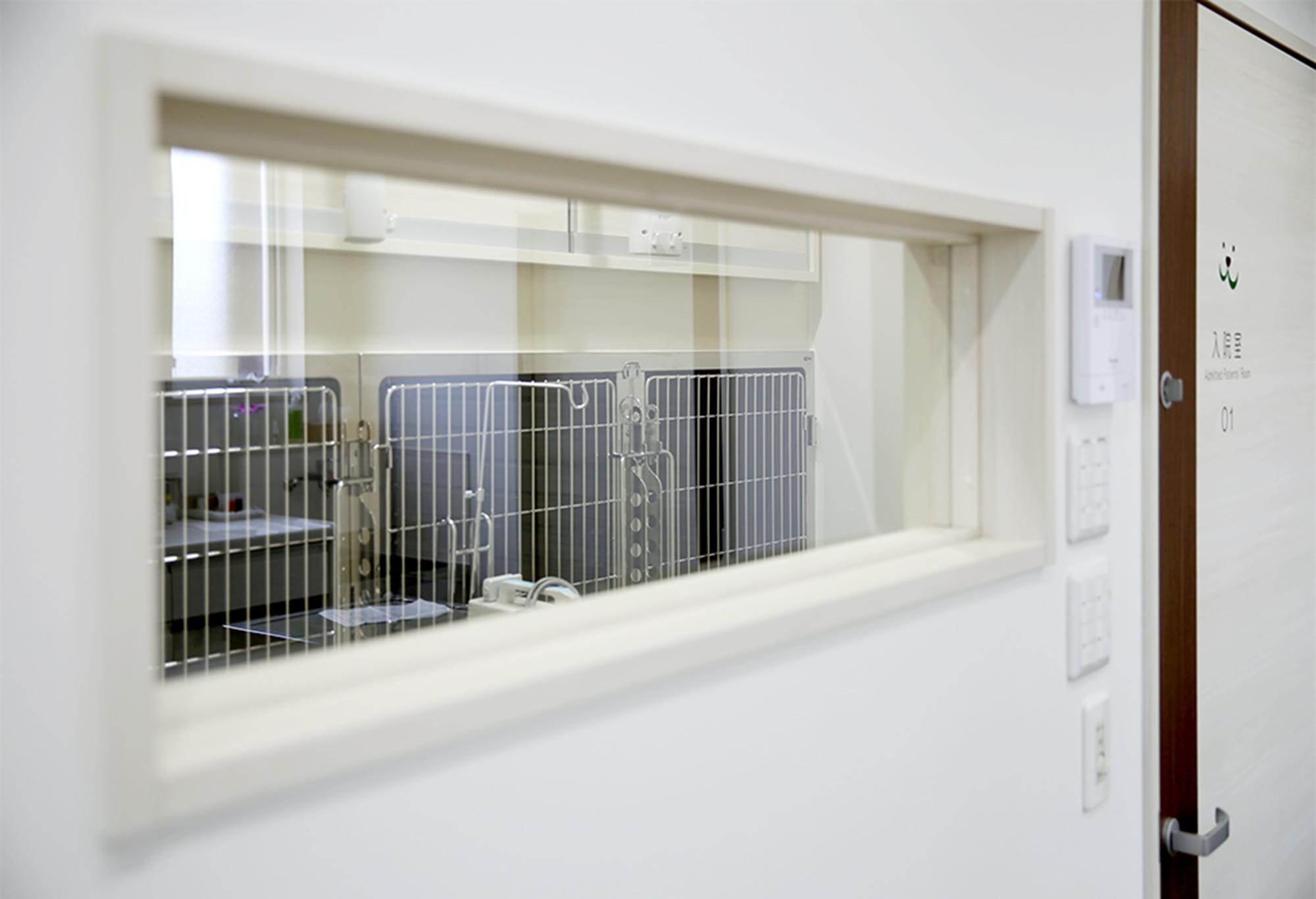【第1入院室】<br /> 入院が必要になった場合のスペースです。複数の部屋をつなげることで、広くすることも可能です。