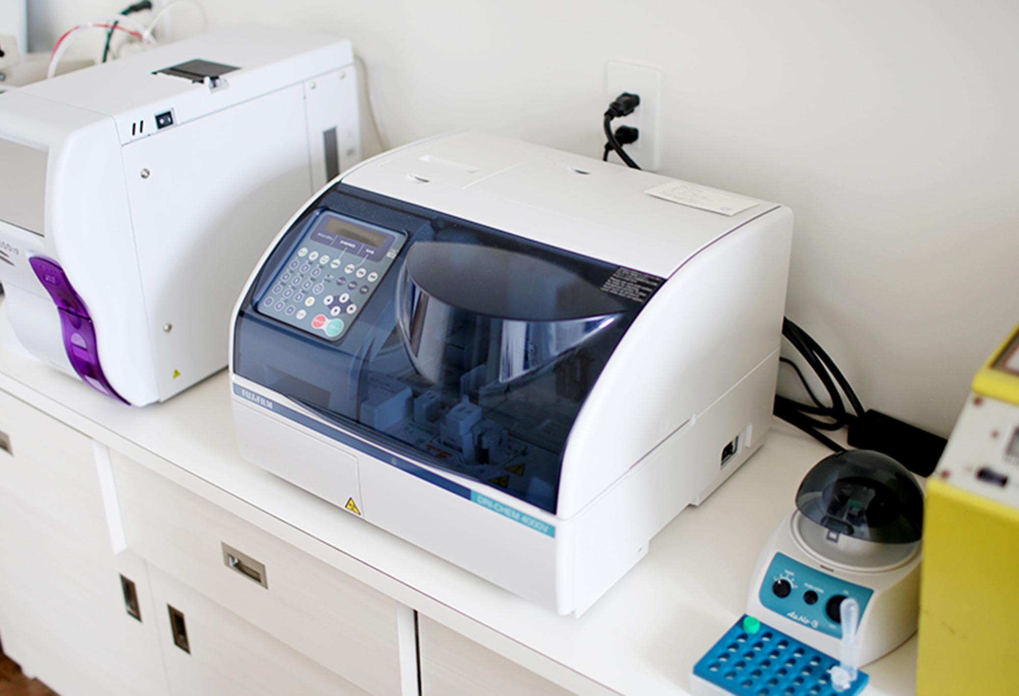 【血液生化学診断装置】<br /> 肝臓や腎臓、血糖などの状態がわかります。